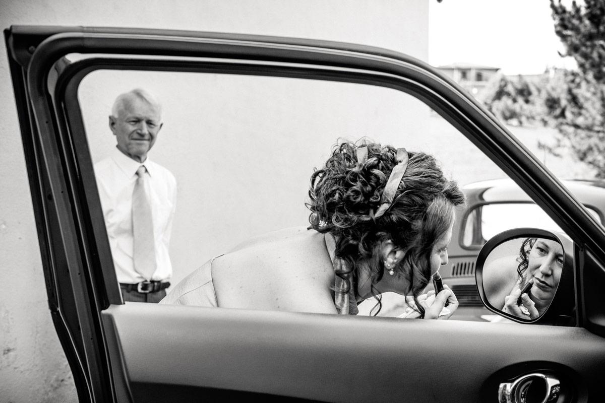 Sposa che si mette il rossetto