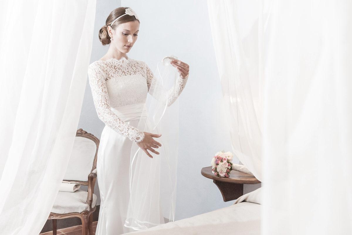 Sposa che mette il velo